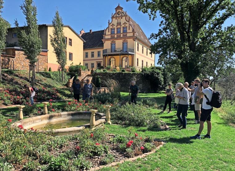Touristiker und Gartenbesitzer schauen sich auf einer Tour schöne Gärten im Muldental an, hier sind sie in Kössern. Quelle: Claudia Carell