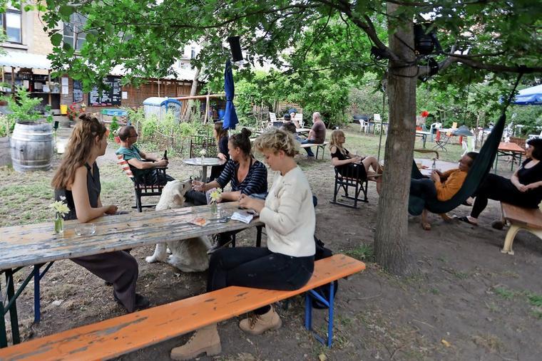 Idylle und Charme: der Biergarten PandeManfred im Garten des Neuen Schauspiels Leipzig. Quelle: André Kempner