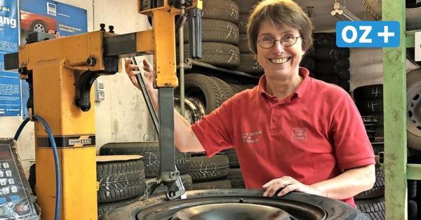 So wuppt die Greifswalderin Jutta Pompöse (62) ihre Reifenwerkstatt ganz allein