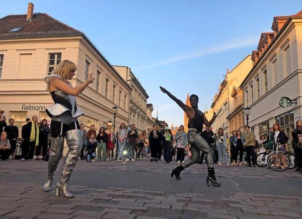"""Diese Performance war bereits am Donnerstag auf der Brandenburger Straße zu sehen. Das """"Vogueing"""" stammt aus der queeren Szene und nimmt Posen aus dem Modemagazin Vogue auf. Quelle: Peter Degener"""