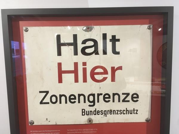 Dieses Schild gibt es nur noch im Museum. (Foto: Gabriele Schulte)
