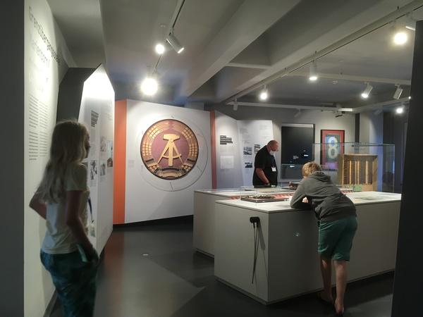 In der Ausstellung gibt es auch Originalexponate wie das DDR-Emblem zu sehen, das sich an einer Stele an der Autobahn befand. (Foto: Gabriele Schulte)