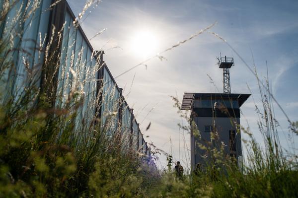 Der Kommandoturm der früheren Grenztruppen steht noch. (Foto: Klaus-Dietmar Grabbert/dpa)