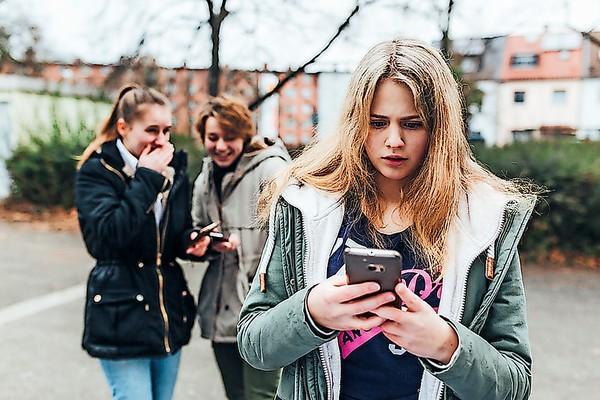 Meist sind es Bekannte und Mitschülerinnen oder Mitschüler, die digital mobben. Quelle: klicksafe/Maribelle Photography
