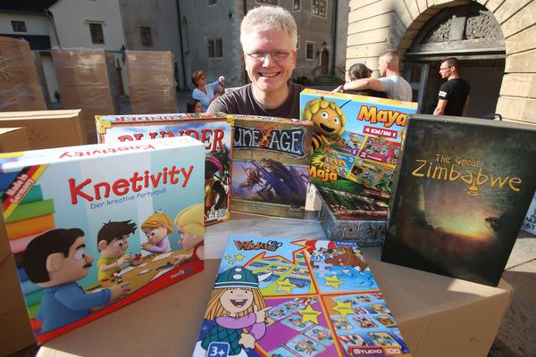 Jens Junge nimmt eine riesige Lieferung für die Spielesammlung im Altenburger Residenzschloss an. Foto: Mario Jahn
