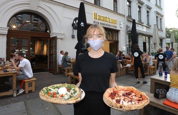 """Kellnerin Belli von der Pizzeria """"60 seconds to napoli"""" in der Gottschedstraße in Leipzig. Foto: Andre Kempner"""