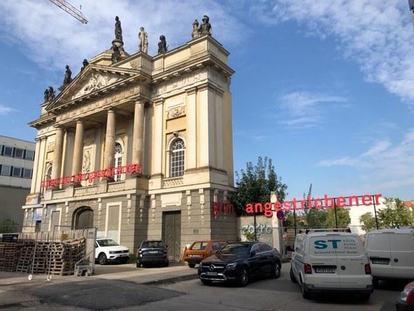 Das Heine-Zitat am und neben dem Portal des Langen Stalls. Foto: Peter Degener
