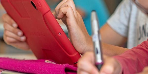 Prien: Eltern in SH sollten auf Urlaub verzichten und Tablet kaufen