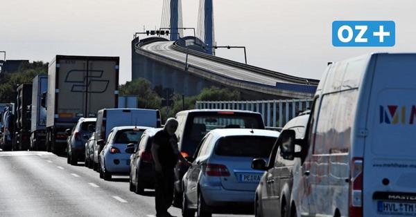 Stau vor der Rügenbrücke: Wo Kraftfahrer zu Verkehrsrowdys und Wildpinklern werden