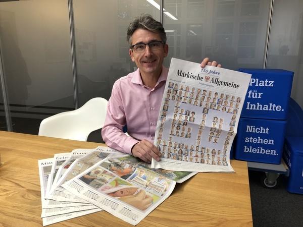 MAZ-Chefredakteur Henry Lohmar mit der Jubiläumsausgabe.