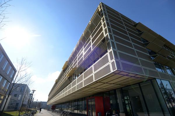 Moderne Fassaden prägen die Institute in Golm Foto: Bernd Gartenschläger