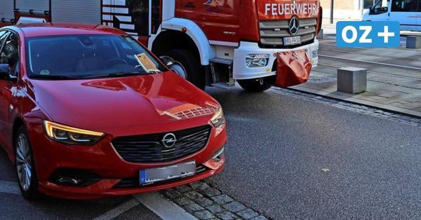Beim Einparken: Auto fährt Radfahrerin in der Langen Straße in Rostock um