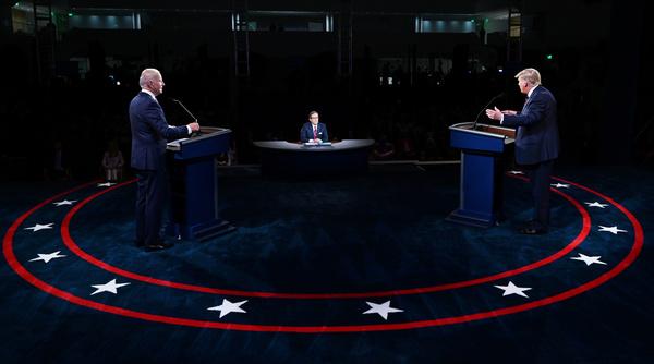 Joe Biden, debatleider Chris Wallace en Donald Trump (foto: Reuters)