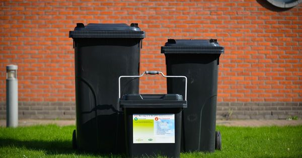 C'est la fin du sac poubelle à Furnes : les ordures ménagères seront mis en conteneurs. - Vuilniszak verdwijnt in Veurne: restafval in containers op