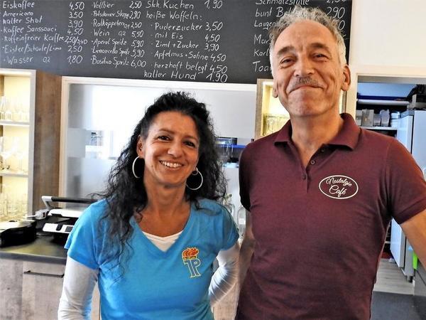 Bärbel Lay führt den DDR-Laden, Olaf Hölzell das angeschlossene Café.
