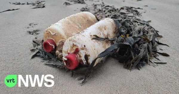 Environ 1 000 bidons d'huile de moteur datant de 1966 s'échouent sur les plages. - Ruim 1.000 flessen motorolie spoelen na 54 jaar op strand aan