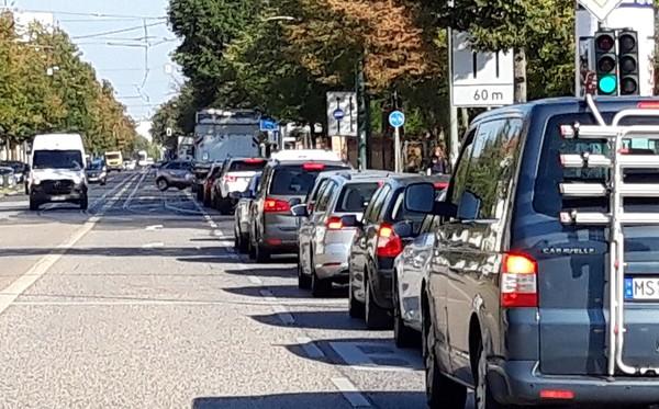 Mega-Stau in Potsdam West: Der Grund: Gratis-Sprit. Foto: Rainer Schüler