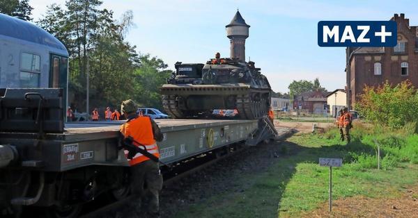 Bundeswehr übt in Elstal Verladung von Bergungs-Panzern