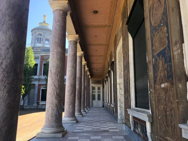 Der Säulengang im Hof des Marmorpalais - an den Wänden finden sich die Fresken. Foto: Peter Degener