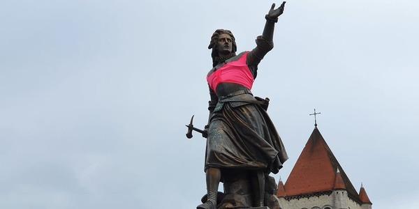 Un soutien-gorge rose pour les sculptures féminines tournaisiennes - Doornikse standbeelden krijgen roze bh aangemeten