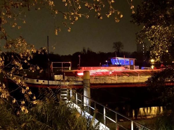 Das Theaterschiff am havelufer. Foto. Karsten Schiffbauer