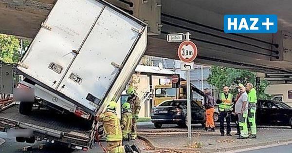 Lastwagen steckt unter der Südschnellwegbrücke in Hannover fest