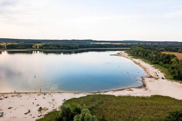 Ein Luftbild vom 17. August 2020: Der Seddiner See hat in einem dramatischen Tempo Wasser verloren. An manchen Stellen ist das Wasser um zehn Meter zurückgewichen. Quelle: Friedrich Bungert