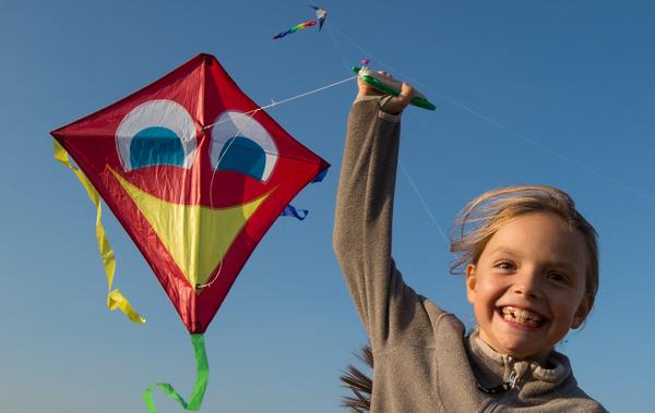 Herbstzeit ist Drachenzeit! Zu sehen, wie sie fliegen, macht Spaß und fasziniert Jung und Alt zugleich. Foto: dpa
