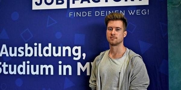 Von der Jobmesse zum Traumjob: Nun steht dieser Rostocker selbst auf der Jobfactory