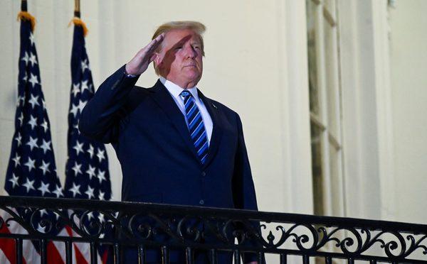 Trump salueert bij terugkomst in het Witte Huis