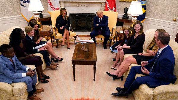 Kandidaat-rechter Amy Coney Barrett en haar gezin in het Oval Office met Melania en Donald Trump