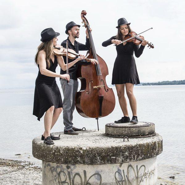 """Stehen auf der Bühne der 19. Leisniger Benefizgala: das musikalische Trio """"Dot Dot Dot"""". Foto: Tobias Doehner"""