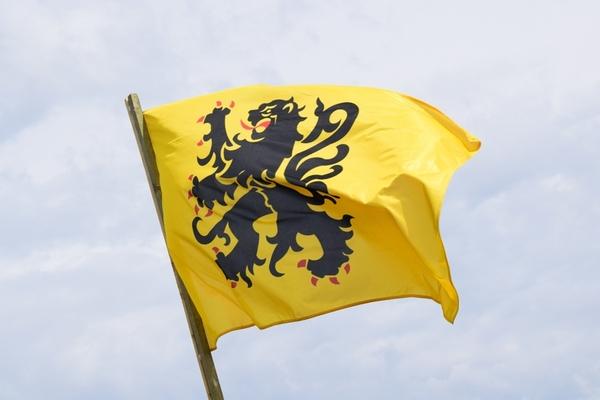 Le bilinguisme poursuit son chemin, à son tour Caëstre dit oui au flamand - Tweetaligheid groeit, Caëstre promoot streektaal