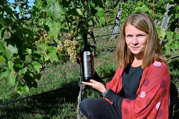 Kirsten Schacht vom Baruther I-Ku-Verein mit dem prämierten Eigengewächs. Foto Hartmut Reck