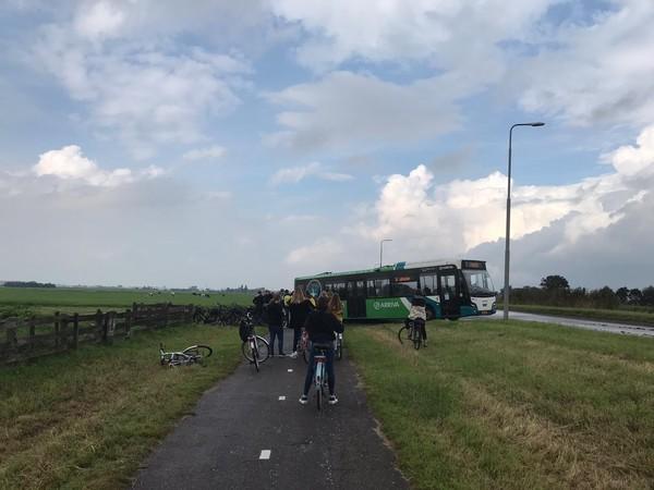 Lijnbus is 'omleidinkje' vergeten en keert met enige hulp op smalle polderweg