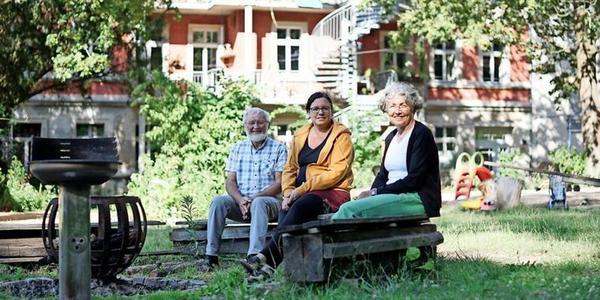 """Das Wohnprojekt """"23 Riesen"""": 60 Bewohner teilen sich ihr Traumhaus mit Garten an der Heinrich-Mann-Allee. Quelle: Friedrich Bungert"""