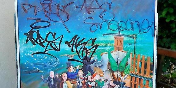 Graffiti-Schmierer haben den Morgenstern-Druck des Künstlers Wilfried Mix verunstaltet. Quelle: privat