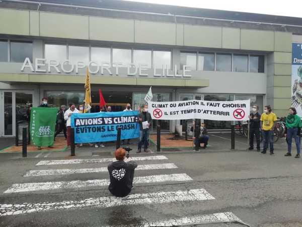 """""""Climaticide"""" : des associations se mobilisent contre le projet d'agrandissement de l'aéroport de Lille - """"Klimaatmoord"""": verenigingen mobiliseren tegen de uitbreiding van de luchthaven van Lille."""