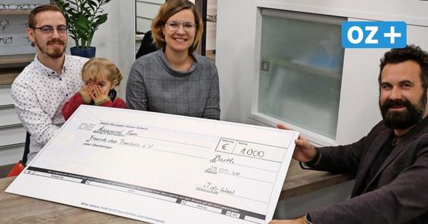 Optiker spendet 1000 Euro für Theaternachwuchs in Barth