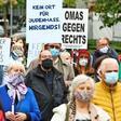 Opernplatz Hannover: Rund 200 Menschen zeigen Flagge gegen Antisemitsmus