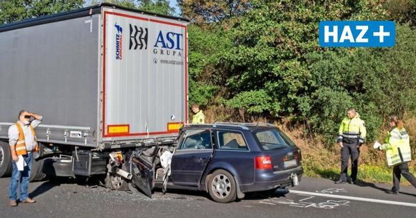 A2 bei Hannover: Autofahrer übersieht Stauende und prallt unter Lkw
