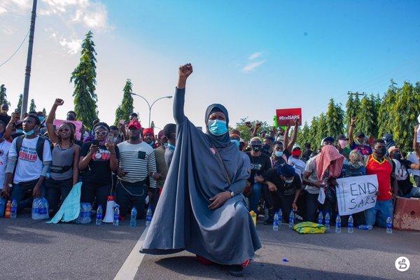 Aisha Yesufu's iconic Twitter photo energises #EndSARS protesters