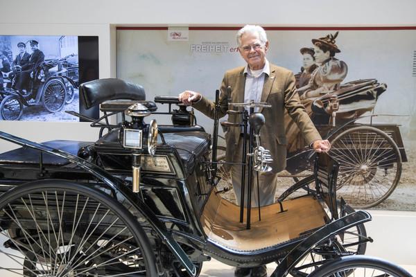 Stifter Karl-Heinz Rehkopf mit dem ersten Serienauto, einem Benz-Velo. (Foto: Irving Villegas)