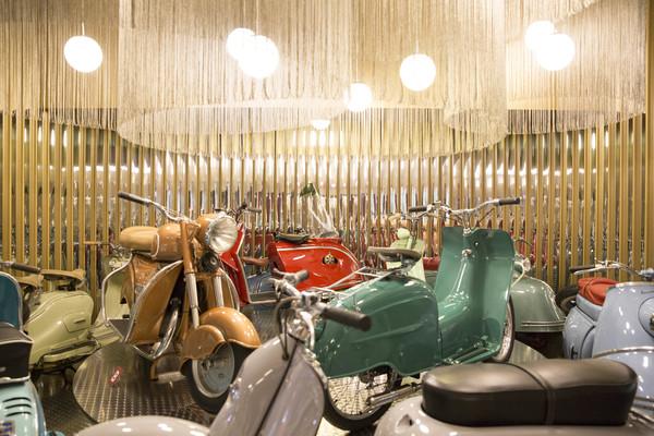 Vespas aus den Fünfzigerjahren stehen stilecht in einer Milchbar. (Foto: Irving Villegas)