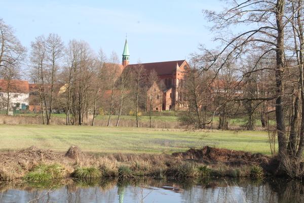 Über den Emsterkanal geht der Blick hinüber zur Klosterkirche. Foto: Christine Lummert