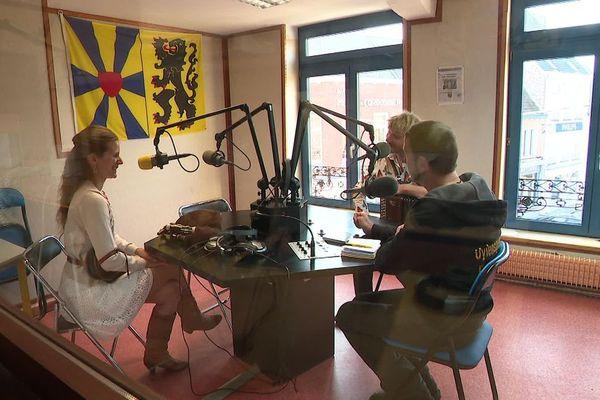 La radio libre Uylenspiegel émet depuis Cassel depuis plus de 40 ans, en français et en flamand - Vrije radio Uylenspiegel zendt al meer dan 40 jaar uit vanuit Cassel in twee talen