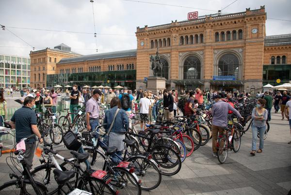 Zum letzten Mal für dieses Jahr treffen sich Fahrradfreunde am Hauptbahnhof. (Foto: Tim Schaarschmidt)