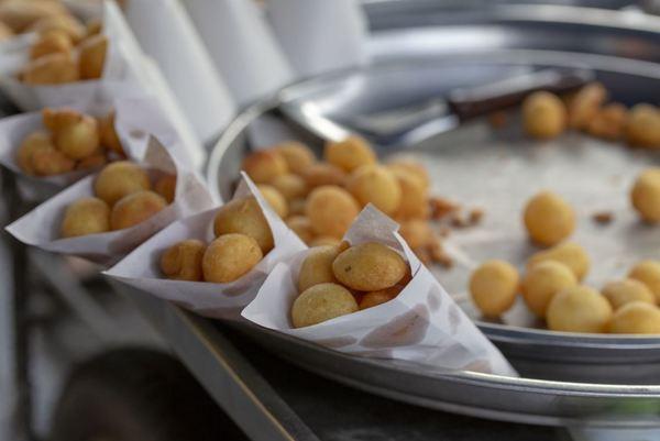 Beim Street-Food-Markt in Fürstenberg kann man internationale Leckereien verkosten. Foto: Esskultur