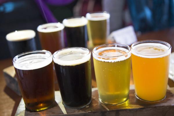 Schonmal Indian Pale Ale probiert? In Wittenberge präsentiert eine echte Bierkönigin Craft-Beer-Sorten. Foto: Getty