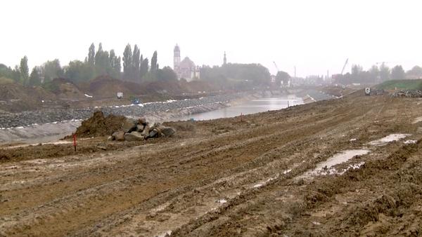 D'une longueur de 800 mètres, le nouveau chenal entre Comines et Wervicq est en train d'être mis sous eau - Het nieuwe 800 meter lange kanaal tussen Comines en Wervicq wordt gevuld